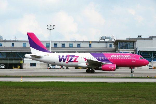 Wizz Air likwiduje bezpłatny większy bagaż podręczny! Do kabiny pasażerskiej… z saszetką?