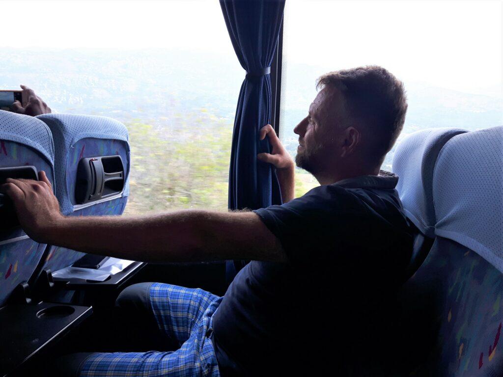 długa podróż autokarem
