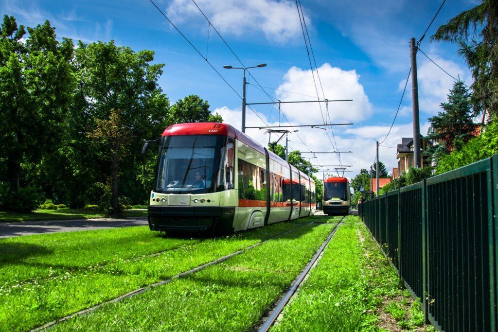 zielone torowisko tramwajowe